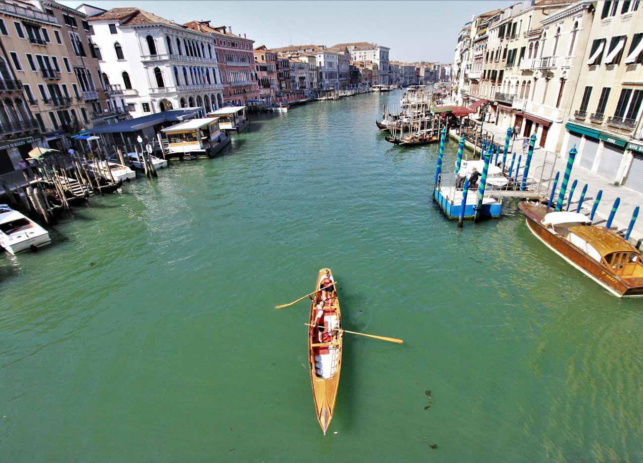In Italia con Welcome Piemonte - Venezia - Canale con gondola dall'alto