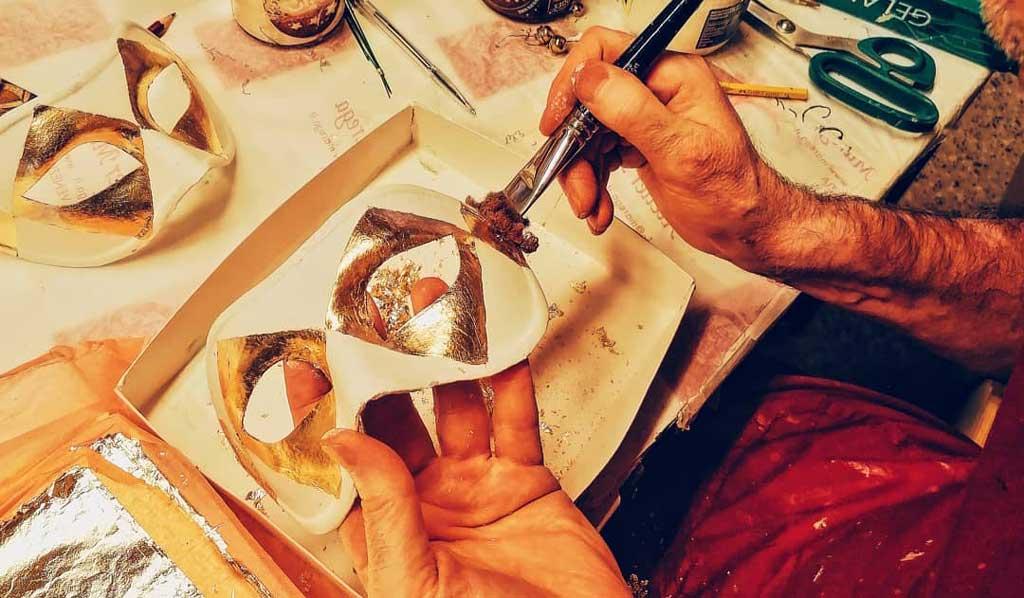 Venezia - Atelier Marega - Dettaglio Lavorazione delle Maschere Veneziane